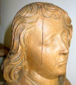 Abb.: Im Kopf dieser Skulptur des 16. Jh. treten Trocknungsrisse durch den vorhandenen Holzkern auf